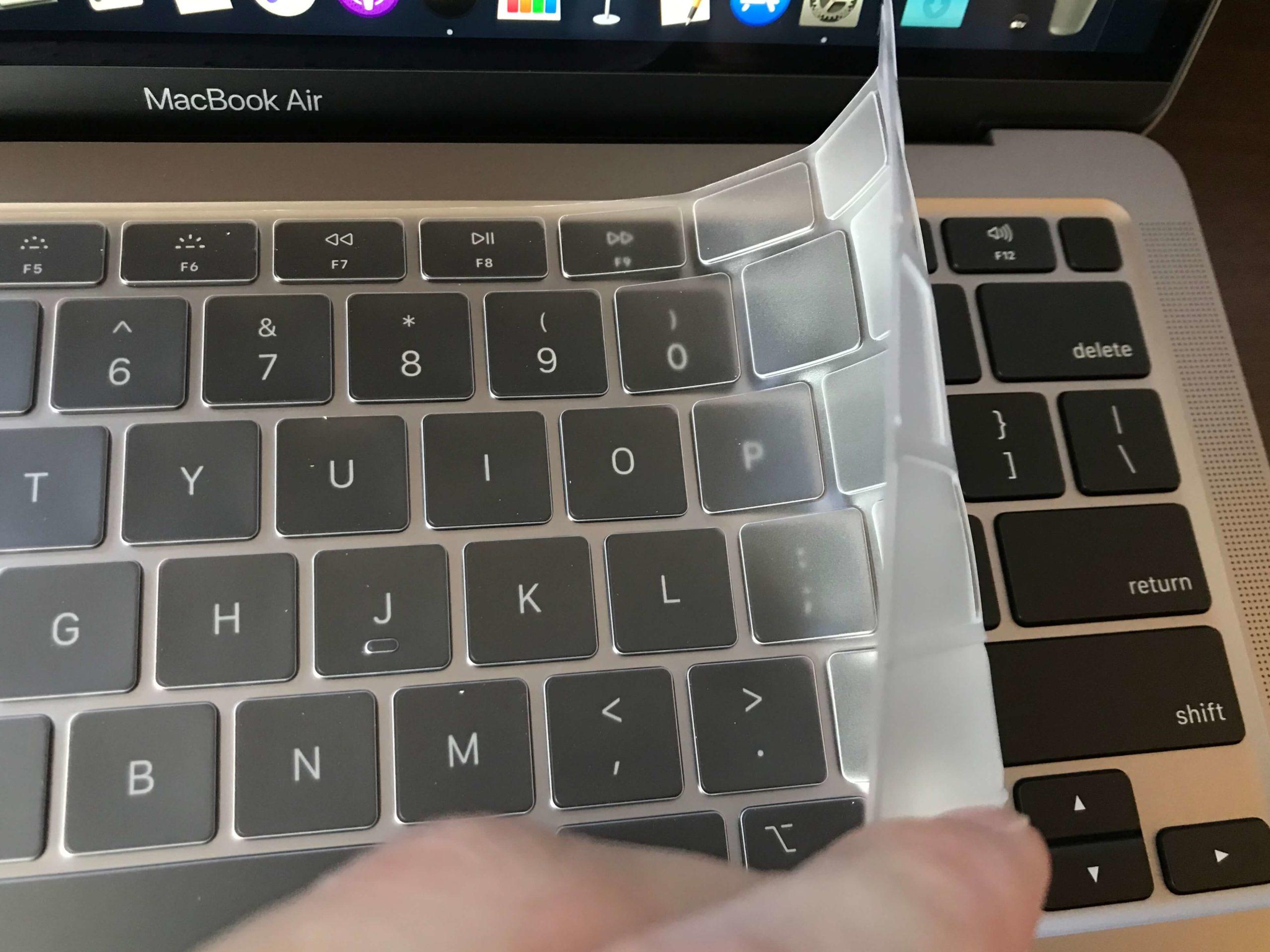 MacBook Airにキーボードカバーを装着するところ