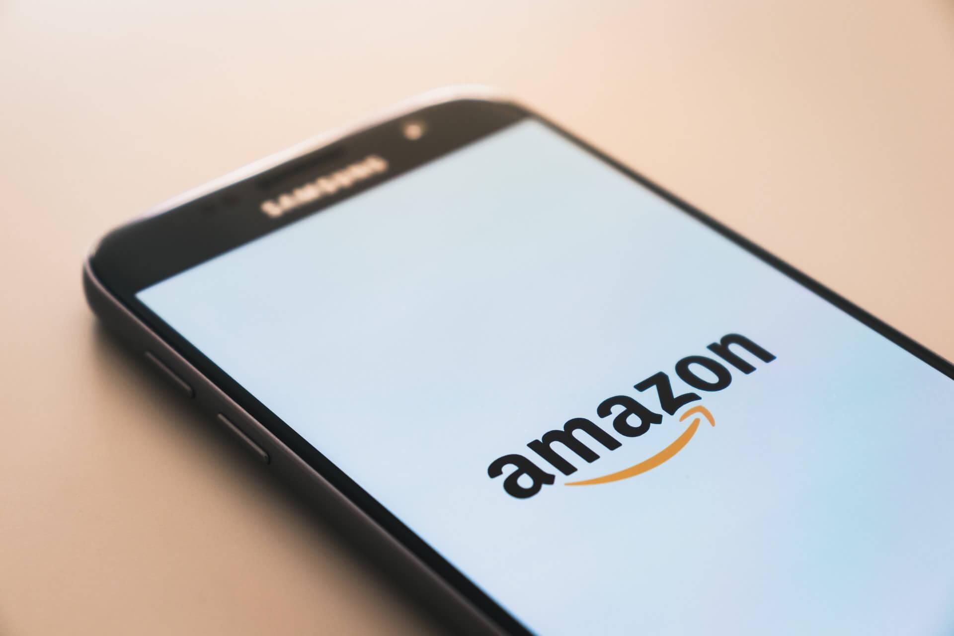 Amazonが表示されたスマホ