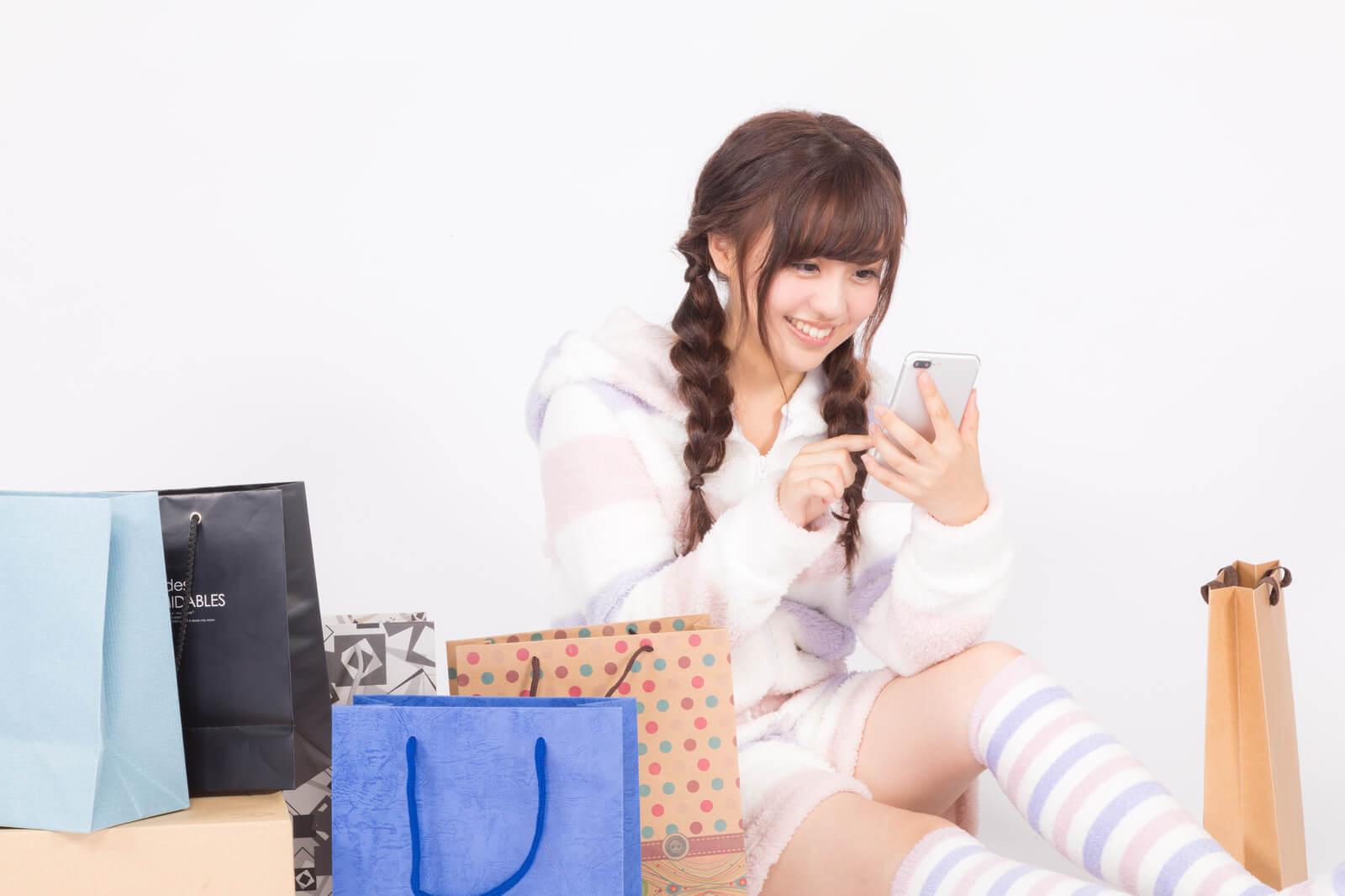 ネットで買い物をする女の子