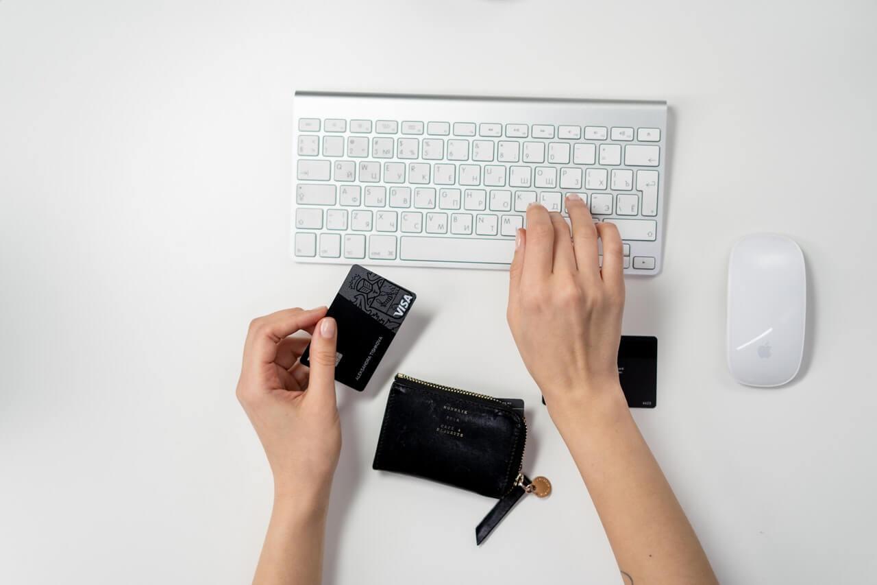 カード情報をキーボードで打ち込む