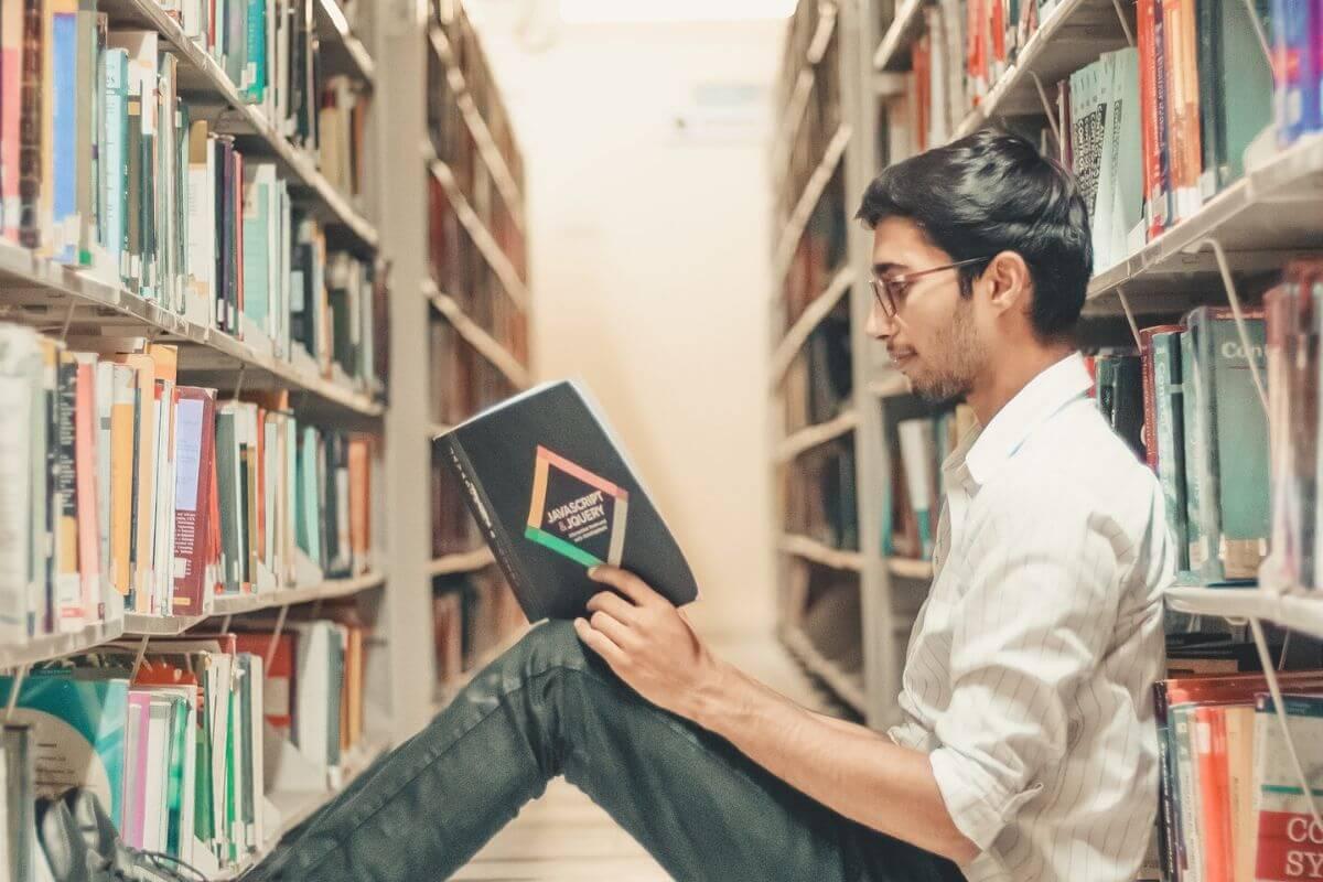 図書室の大学生