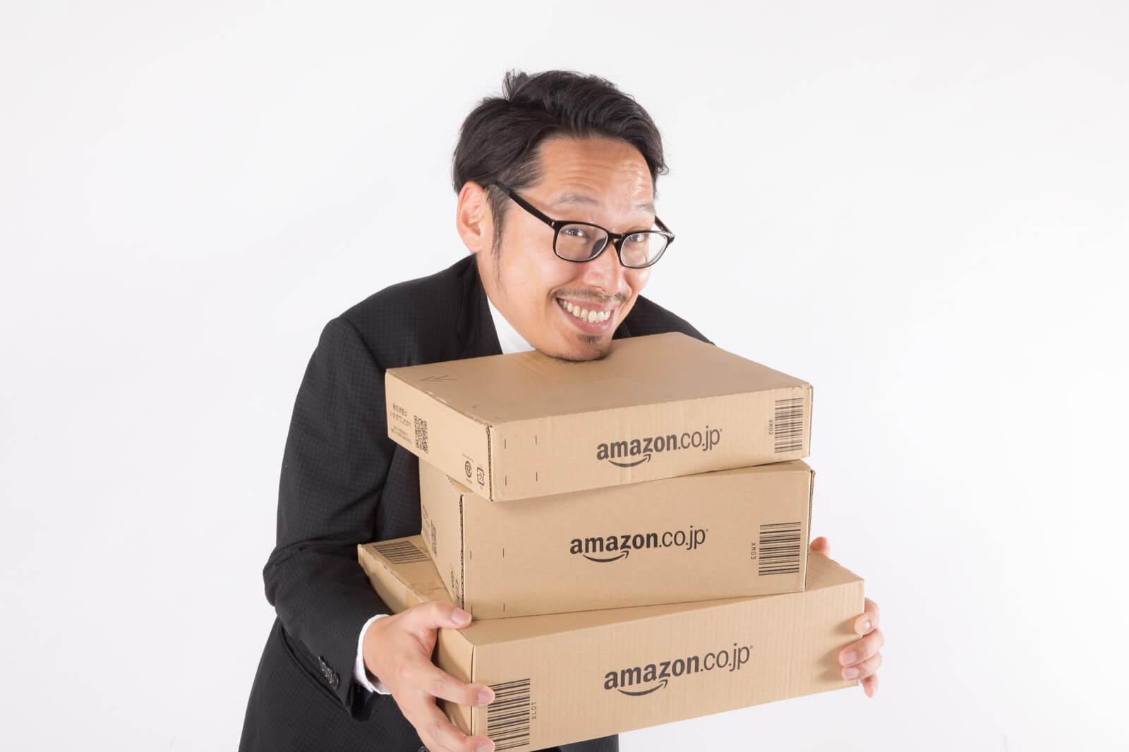 Amazonの段ボールをたくさん持つ男性